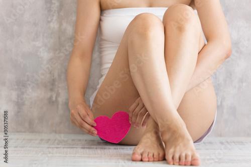 股にハートを持つ女性 Canvas Print