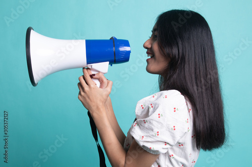 Photo Beautiful young Asian woman announce with megaphone