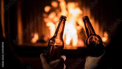 dwie-butelki-piwa-w-rekach