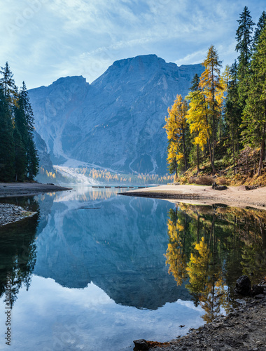 Fotomural Autumn peaceful alpine lake Braies or Pragser Wildsee