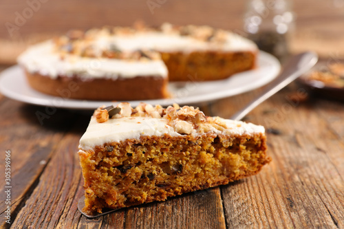 Photo  carrot cake with cream and nuts