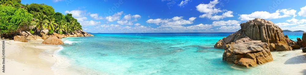 Fototapeta schöner Strand mit Granitfelsen