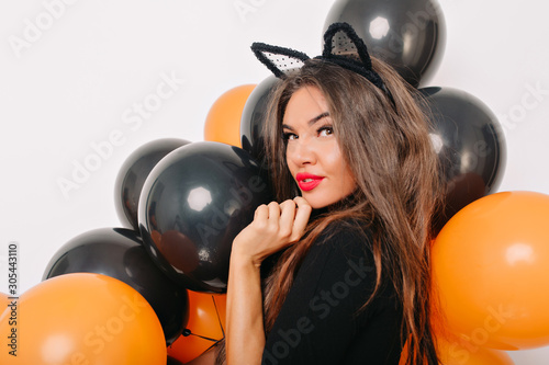 Fotomural  Sensual lightly-tanned girl posing with halloween balloons