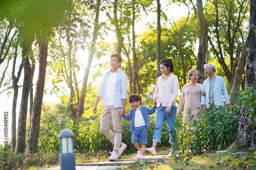 Photo happy asian family walking in park