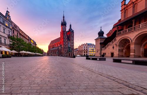 Fototapeta Krakow. St. Mary's Church and market square at dawn. obraz