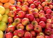 canvas print picture - Pommes rouges sur un étalage au marché.