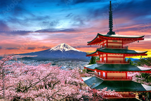 Canvas Print Cherry blossoms in spring, Chureito pagoda and Fuji mountain at sunset in Japan