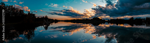 High resolution stitched panorama of a beautiful sunset with arrow-shaped reflec фототапет