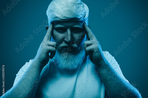 Photo  Concentrated man with albinism on blue background
