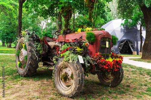 Fototapety, obrazy: Tractor decorated with colorful flowers