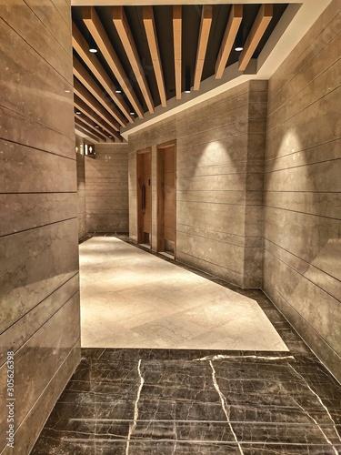 korytarz-w-nowoczesnym-budynku