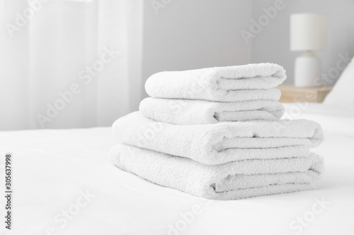 Photo Clean soft towels on bed