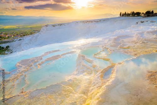 Carta da parati Turkey, Denizli Province, Pamukkale Natural Travertine Thermal Pools at sunset