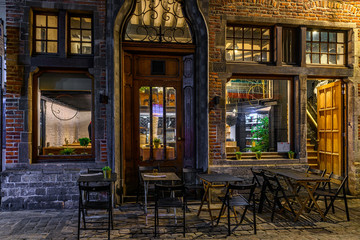 Panel Szklany Podświetlane Do restauracji Old street with tables of cafe in center of Brussels, Belgium. Night cityscape of Brussels (Bruxelles). Architecture and landmarks of Brussels.