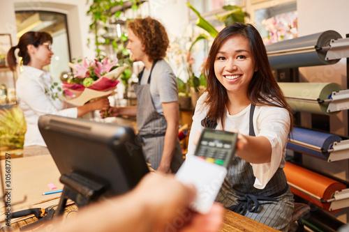 Kassiererin nimmt Kreditkarte zum Bezahlen Fotobehang