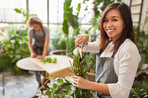 Floristin in der Ausbildung mit Blumenschere