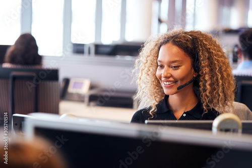 Obraz na plátně Young Businesswoman Wearing Telephone Headset Talking To Caller In Customer Serv