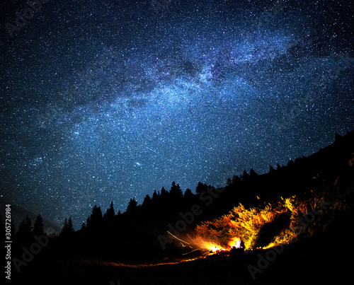Photo Milky way galaxy long exposure astrophotography night outdoor scene with campfire in mountains forrest