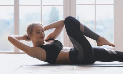 Izbliza žene koja radi u fitness studiju