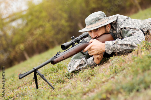Fotografía  aiming with sniper