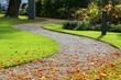 canvas print picture - Weg durch einen Park im Herbst