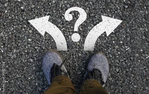 Photo 見下ろした自分の足と二方向への矢印、クエスチョンマークマーク
