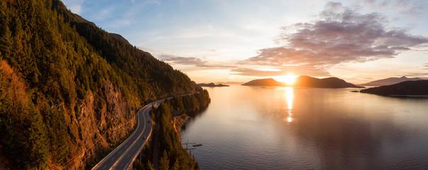 More to Sky Hwy u Howe Soundu u blizini zaljeva Horseshoe, zapadni Vancouver, Britanska Kolumbija, Kanada. Zračni panoramski pogled tijekom šarenog zalaska sunca u jesenskoj sezoni.