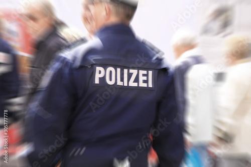Rückseite einer Uniform eines deutschen Polizisten mit unscharfer Umgebung Canvas Print