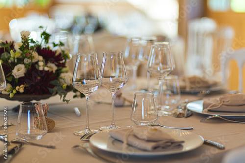 Obraz na plátne Verres sur une table de restaurant