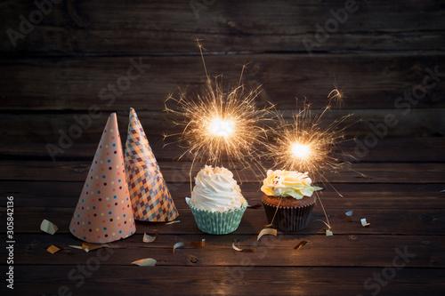Canvastavla birthday cake with sparkler on old wooden background