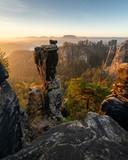 Fototapeta  - Wehlnadel mit Bastei zum Sonnenaufgang im Elbsandsteingebirge Sächsische Schweiz