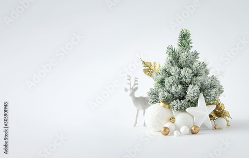 Fond de hotte en verre imprimé Pierre, Sable Christmas or New Year layout with white snowy Christmas tree and golden Christmas decoration. Bright Holiday background.