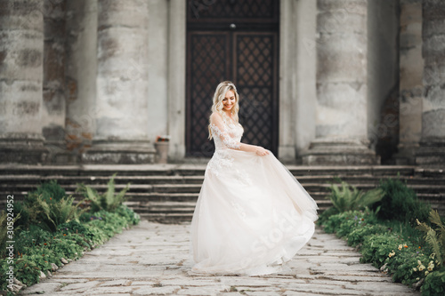 Fotografia Beautiful luxury bride in elegant white dress