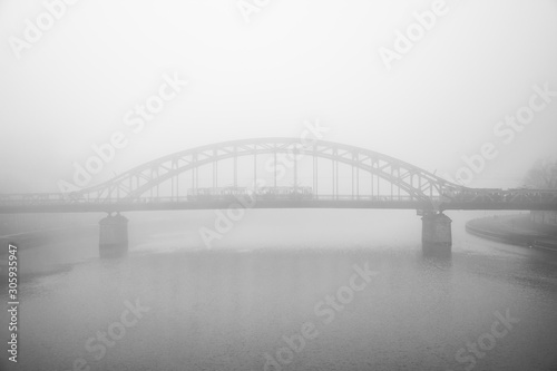 Fototapeta kładka  most-we-mgle-nad-rzeka-wisla-krakow-polska