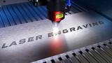 Fototapeta Sport - Laserschneiden, Lasergravieren. Metallverarbeitung mit Funken in einer CNC Laser Gravurmaschine. 3D Rendering