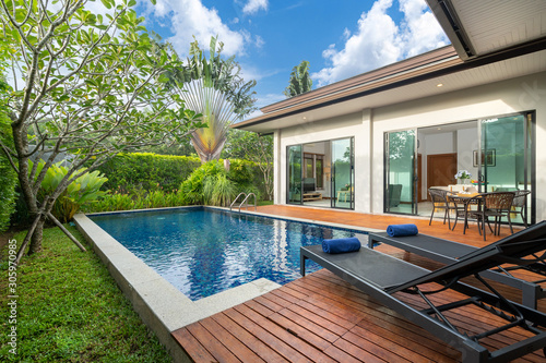 Obraz swimming pool and decking in garden of luxury home - fototapety do salonu