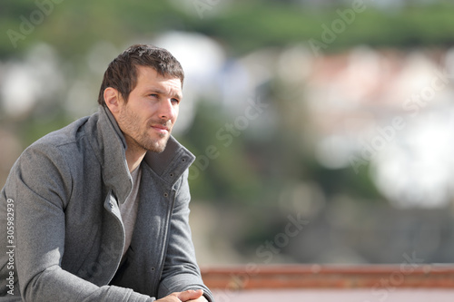 Photo Serious pensive man contemplating views in winter