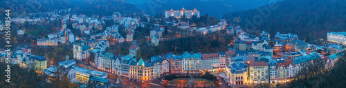 Photo View to Karlovy Vary city from above at sunset