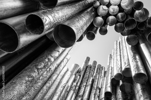 Fototapeta metal  monument-to-sibelius-in-helsinki-finland-with-pipes-or-tubes-in-black-and-white