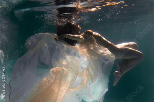 Fotografía Beautiful girl swims underwater with long hair