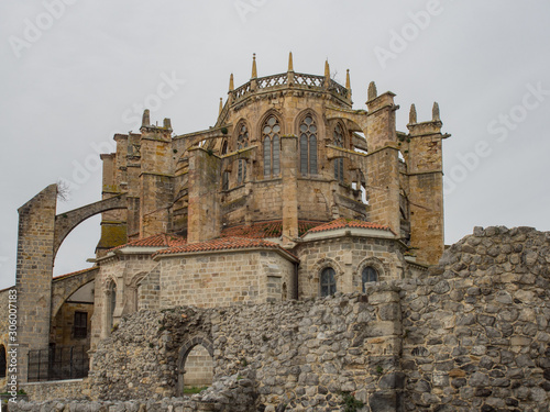 Photo Apse of a gothic church with stone arch and stained glass in Castro Urdiales, Sp