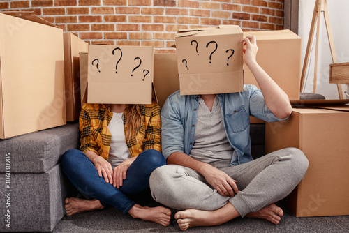 Foto Confused couple of having to move and arrange all the packages