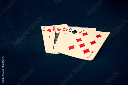 Papel de parede Bad poker hand on black background