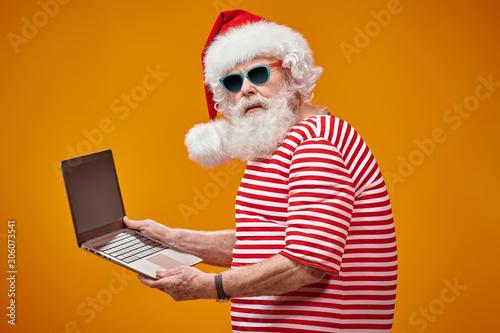Foto auf AluDibond Akt advanced Santa with laptop