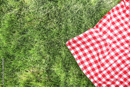 Foto Picnic cloth on green grass background empty space.