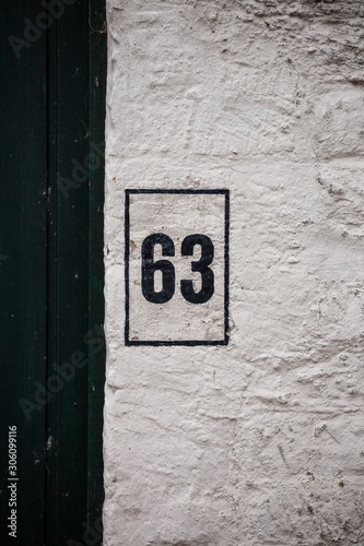 Papel de parede  black number 63 on white wall