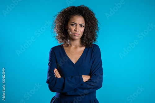 Fotografía Annoyed womans portrait on blue studio background