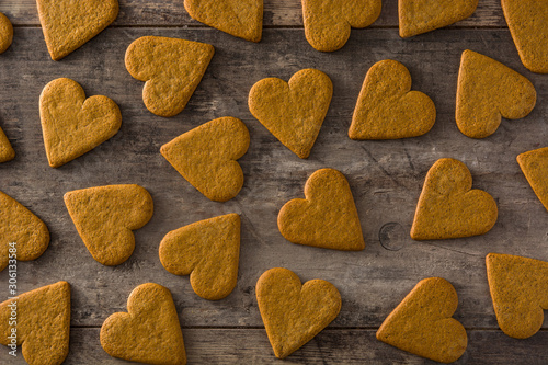 Photo  Heart shaped cookie pattern on wooden table