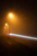 霧の夜の道路