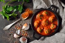 Spanisches Tapa-Gericht Mit Fleischklößchen In Würziger Tomatensauce  – Spicy Meatballs In Tomato Sauce, A Typical Spanish And Mexican Bar Food, So Called Albondigas